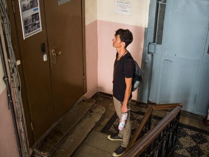 stephen attendant un ascenseur en russie
