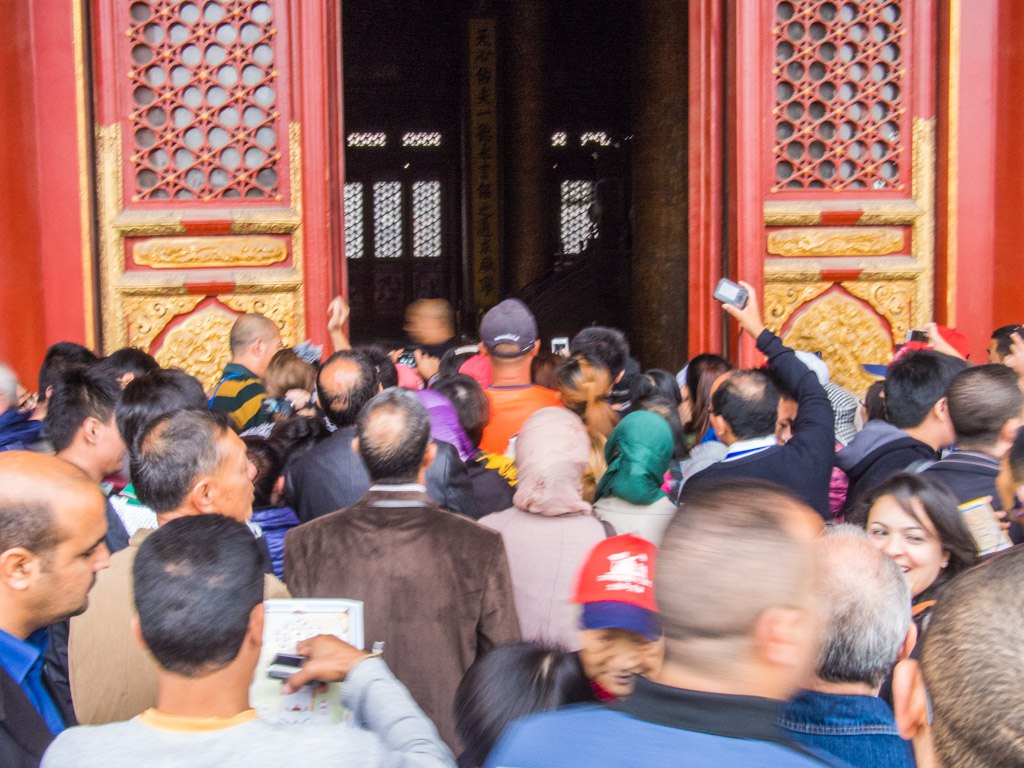 Trying to get a look inside the hall at the Forbidden City.