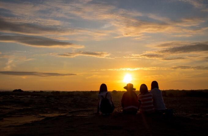girls watching the sunrise at mui ne sand dunes