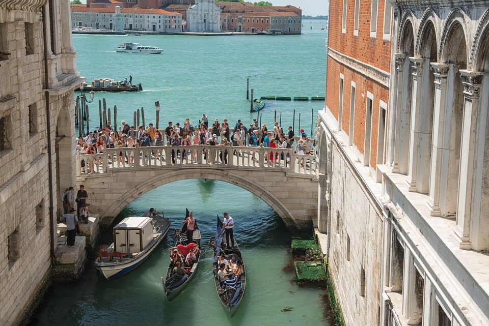 crowds on venices bridge of sighs