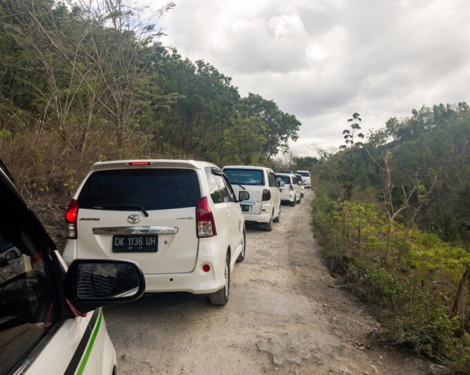 line of tour vans on nusa penida