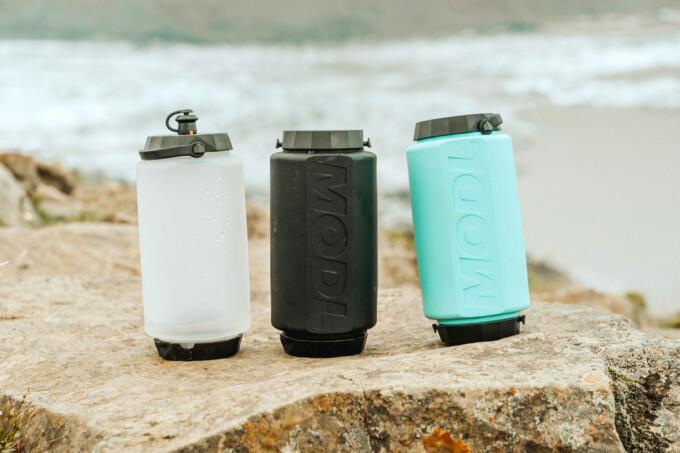 trois bouteilles d'eau emballables sur la plage