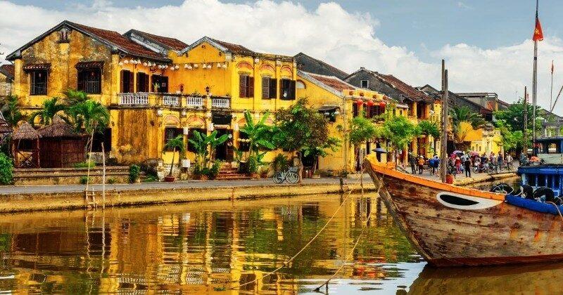 hoi an vietnam river boats